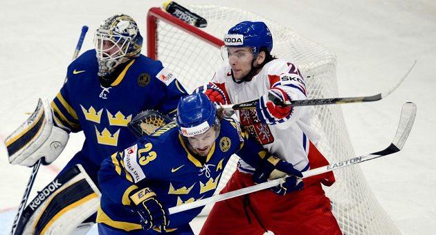 Útočník Martin Hanzal (vpravo) si zjednává respekt před švédským brankářem Jhonasem Enrothem, uprostřed švédský útočník Niklas Persson.