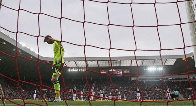 Zklamaný brankář Manchesteru United David de Gea po gólu Sunderlandu v zápase anglické Premier League.