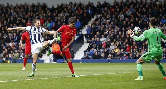 Roberto Firmino překonává gólmana West Bromwiche Bena Fostera.