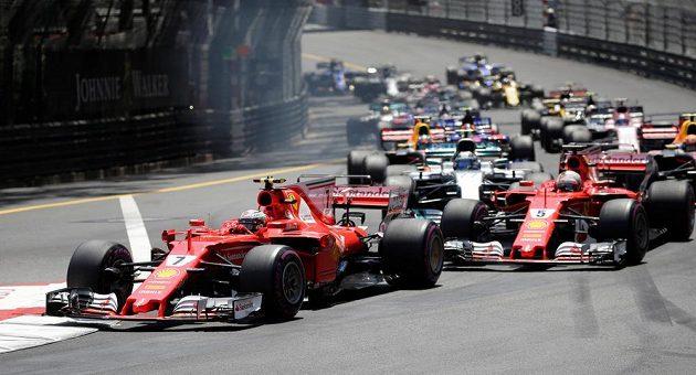 Kimi Räikkönen v čele po startu Velké ceny Monaka.