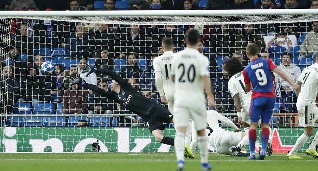 Fjodor Čalov (vpravo) z CSKA střílí gól proti Real Madrid.