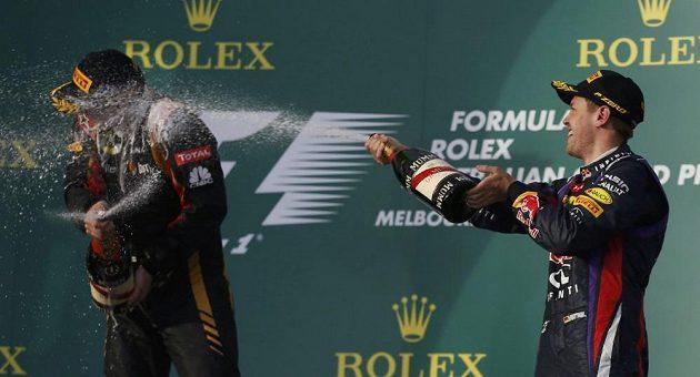 Vettel dopřává prvnímu Räikkönenovi vítěznou sprchu.