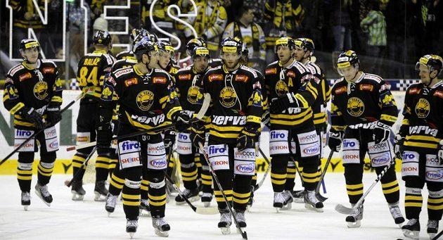 Hokejisté Litvínova oslavují se svými fanoušky výhru nad Karlovými Vary.