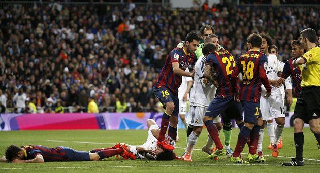 Sergio Busquets z Barcelony šlape na hlavu na zemi ležícímu Pepému z Realu Madrid.