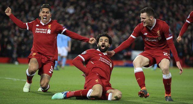 Liverpoolský střelec Mohamed Salah (usprostřed) slaví se svými spoluhráči úvodní gól proti Manchesteru City.