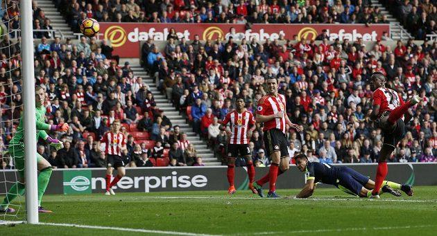 Útočník Arsenalu Alexis Sánchez otevírá přesnou hlavičkou skóre zápasu se Sunderlandem.