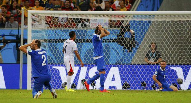 Řecký fotbalista Dimitris Salpingidis (vpravo) neproměnil velkou šanci v prvním poločase osmifinále MS proti Kostarice.