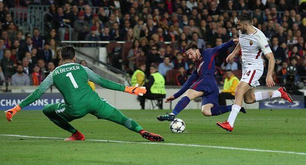 Lionel Messi v ekvilibristické pozici před brankářem AS Řím Alissonem Beckerem. Vpravo je zadák Konstantinos Manolas.