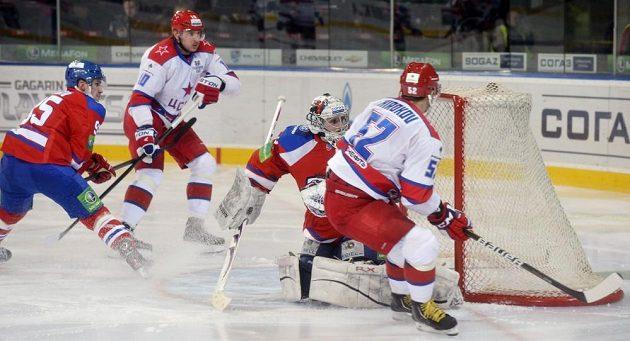 Sergej Širokov z CSKA (vpravo) překonává brankáře pražského Lva Tomáše Pöpperleho. Přihlížejí Sami Lepistö z týmu Lev Praha (vlevo) a Oleg Kvaša z CSKA (druhý zleva).