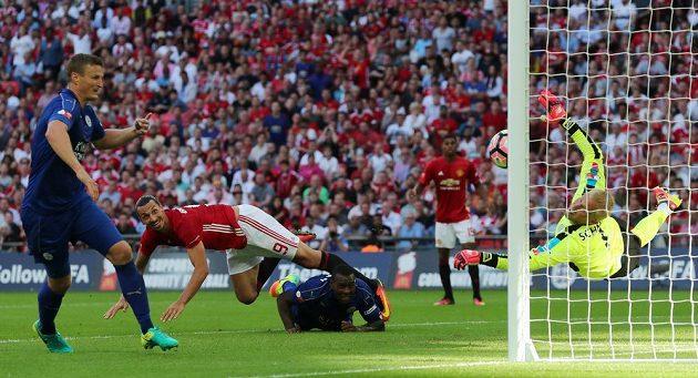 Zlatan Ibrahimovic dává vítězný gól!