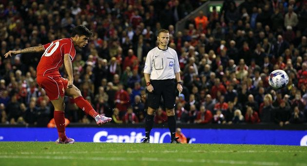 Suso z Liverpoolu proměňuje rozhodující penaltu v utkání 3. kola Ligového poháru proti Middlesbrough.