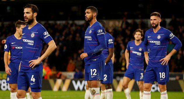 Zklamaní fotbalisté Chelsea po porážce s Wolves