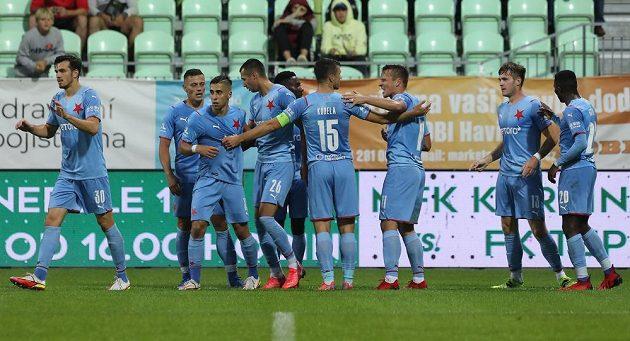Hráči Slavie se v Karviné radují z gólu ještě s kapitánem Kúdelou, který se pak zranil.