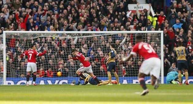 Ander Herrera z Manchesteru United mohl jásat, překonal Petra Čecha v bráně Arsenalu.