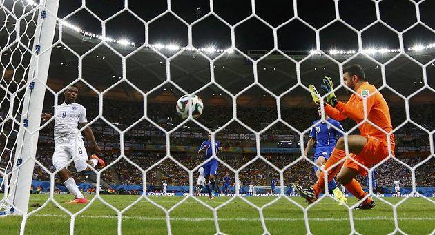 Italský gólman Salvatore Sirigu neměl proti střele Daniela Sturridge z Anglie šanci.