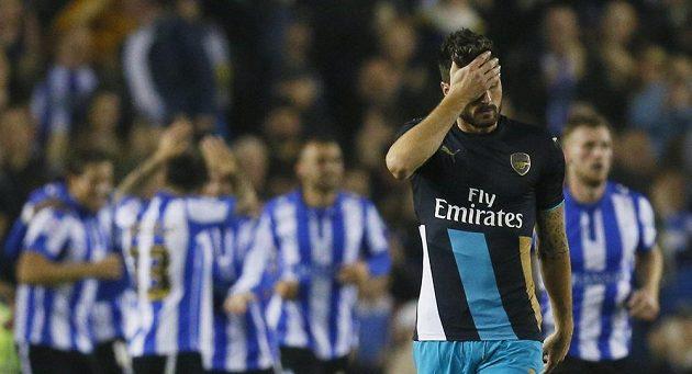 Gólová radost fotbalistů Sheffieldu Wednesday, v popředí zklamaný útočník Arsenalu Olivier Giroud.
