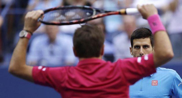Stan Wawrinka (zády) a Novak Djokovič před finálovým duelem na US Open.