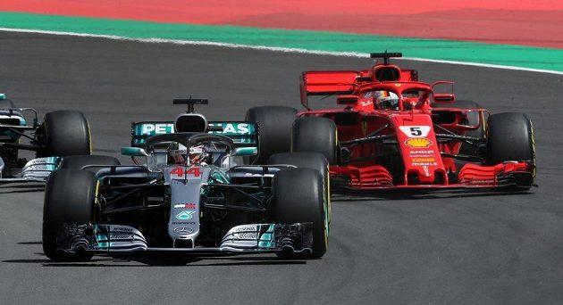 Klasika F1! Lewis Hamilton v čele Velké ceny Španělska, druhý Sebastian Vettel.