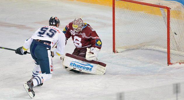 Liberecký forvard Tomáš Urban překonává v trestném střílení brankáře Sparty Filipa Novotného a dává třetí gól svého celku.