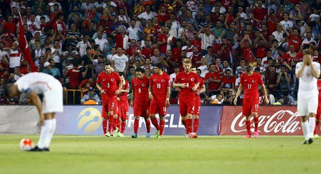 Fotbalisté Turecka se radují z gólu proti Nizozemsku v kvalifikaci ME 2016.