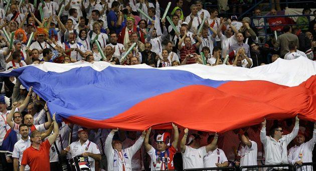 Nadšení čeští fanoušci při finále Davis Cupu v Bělehradě.