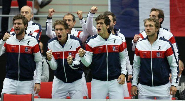 Francouzi povzbuzují Jo-Wilfrieda Tsongu. Zleva Gilles Simon, Nicolas Mahut, Pierre-Hugues Herbert a Lucas Pouille.