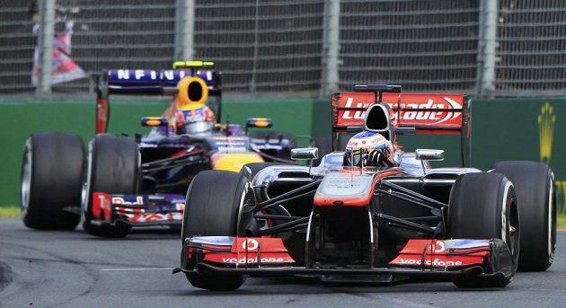 Mark Webber z Red Bullu stíhá Jensona Buttona z McLarenu.