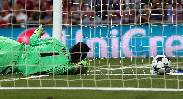 Marně se brankář Realu Keylor Navas natahoval, míč po nešťastném zákroku jeho spoluhráče Sergia Ramose skončil v síti.