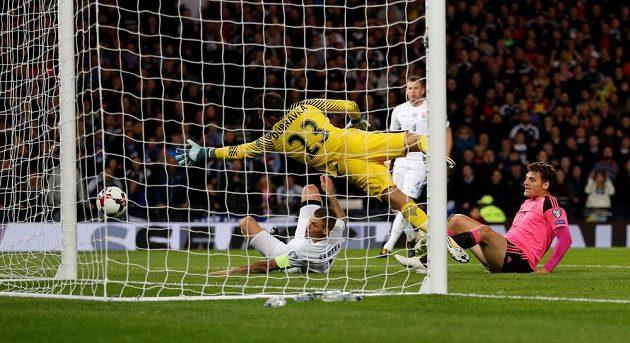 Vlastní gól, 1:0! Skot Chris Martin (v růžovém) sleduje, jak Martin Škrtel v tísni překonává Martina Dúbravku.