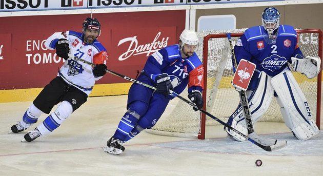 Zleva Josh Holden z Zugu, kapitán Brna Tomáš Malec a brankář Brna Lukáš Dostál v utkání osmifinále hokejové Ligy mistrů.