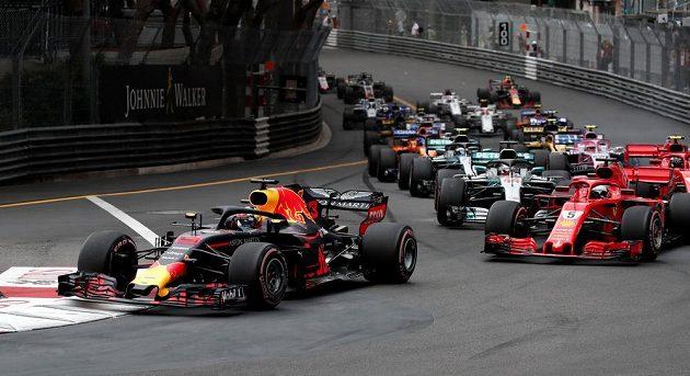 Daniel Ricciardo na čele startovního pole po startu Velké ceny Monaka.
