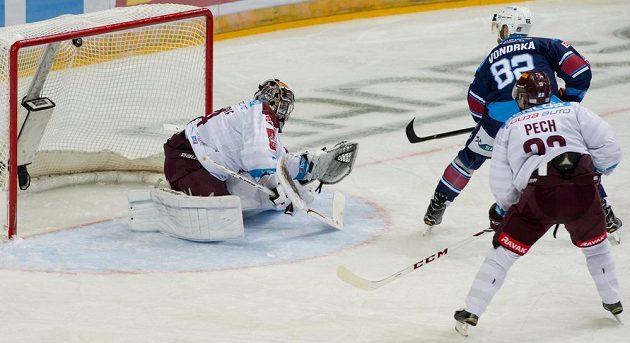 Útočník Chomutova Michal Vondrka překonává brankáře Sparty Tomáše Pöpperleho.