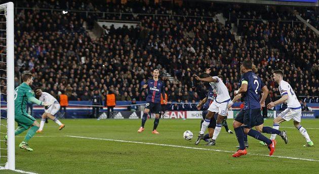 John Obi Mikel (č. 12) z Chelsea pálí po rohovém kopu na branku PSG a srovnává stav na 1:1.
