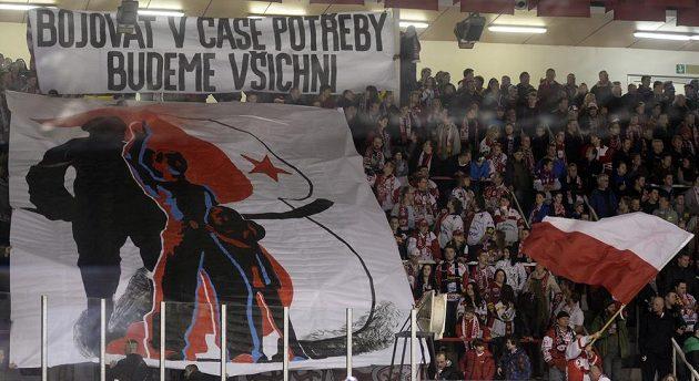 Fanoušci Slavie během barážového zápasu s Chomutovem.