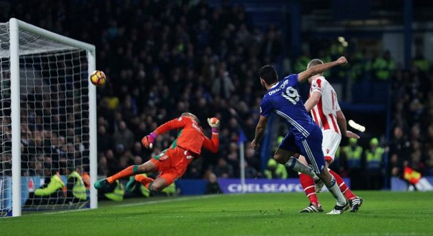 Útočník Chelsea Diego Costa (č. 19) překonává brankáře Stoke Granta v zápase 19. kola anglické Premier League.