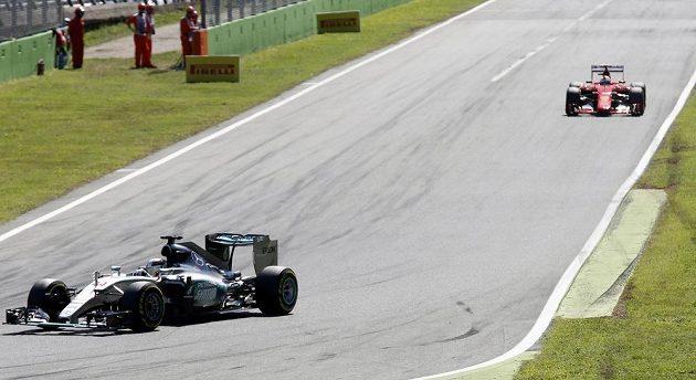Lewis Hamilton ze stáje Mercedes (vpředu), za ním Sebastian Vettel z Ferrari.