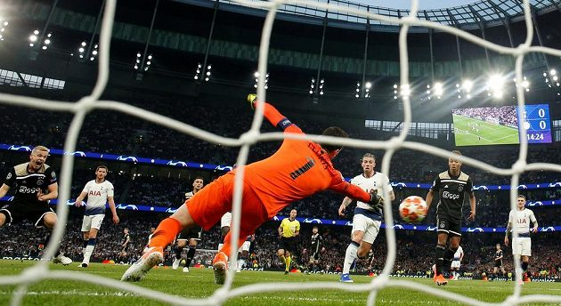 Tottenham inkasuje gól v utkání semifinále Ligymistrů proti Ajaxu.