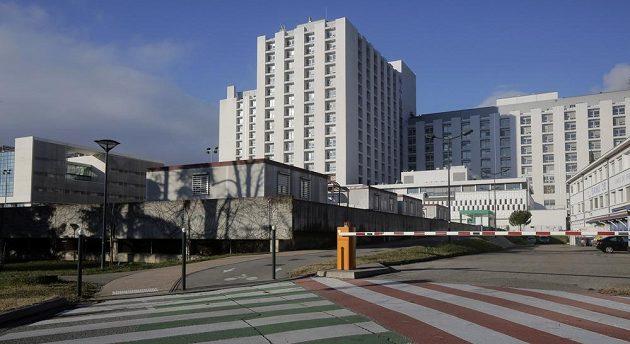 Do nemocnice ve francouzském Grenoblu se teď upínají zraky všech motoristických fanoušků.