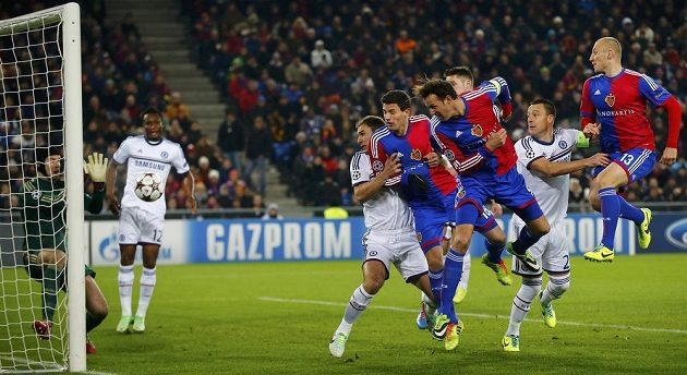 Brankář Petr Čech zasahuje v utkání proti Basileji.
