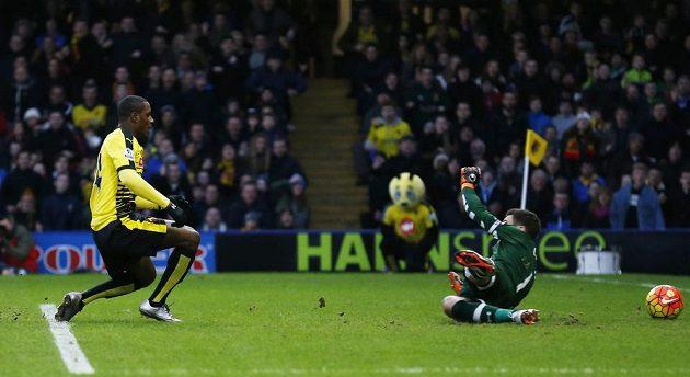 Odion Ighalo z Watfordu (vlevo) překonává brankáře Tottenhamu Huga Llorise v utkání 19. kola Premier League.
