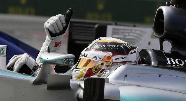 Brit Lewis Hamilton z týmu Mercedes se raduje z vítězství ve Velké ceně Kanady vozů formule 1.