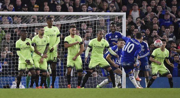 Eden Hazard skóruje z přímého kopu v utkání FA Cupu.
