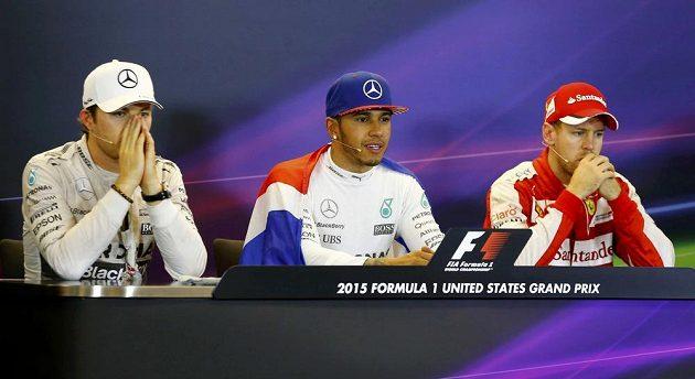 Nico Rosberg (vlevo) nenesl triumf Lewise Hamiltona v Austinu úplně lehce.