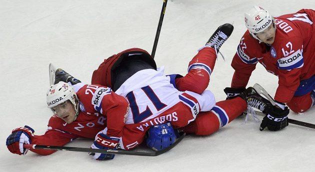 Značně nehokejová pozice Vladimíra Sobotky (v bílém) při souboji s Andersem Bastiansenem z Norska.