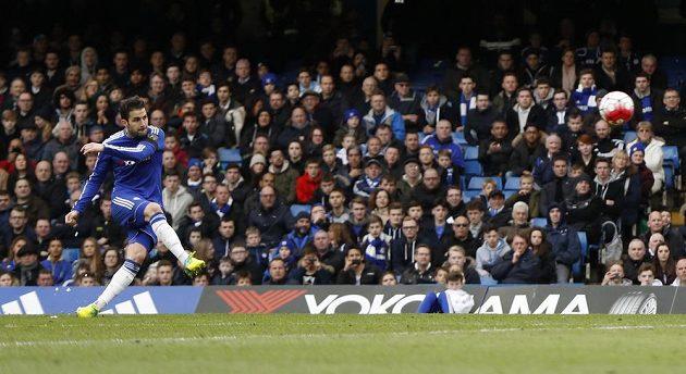 Záložník Chelsea Cesc Fábregas střílí vyrovnávací gól na 1:1, který trefil parádně z přímého kopu.