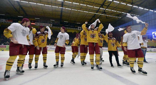 Jihlava v euforii. Hokejisté Dukly slaví po 12 letech návrat do nejvyšší soutěže.