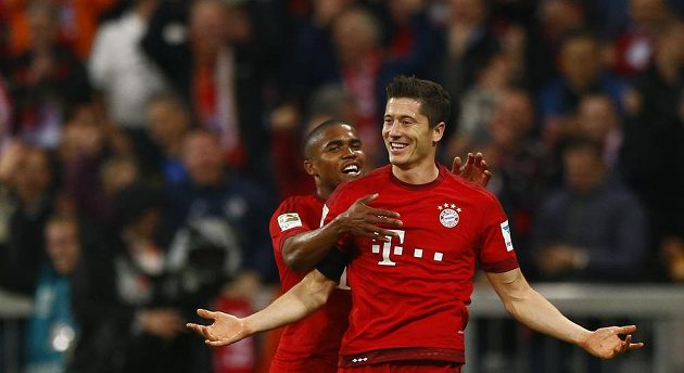 Robert Lewandowski (vpravo) oslavuje gól proti Wolfsburgu se spoluhráčem z Bayernu Douglasem Costou.