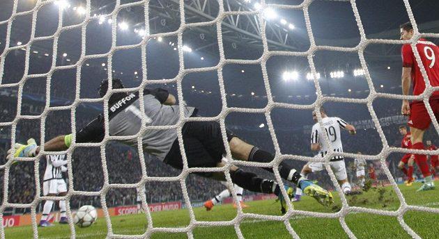 Thomas Müller (druhý zprava) střílí úvodní gól Bayernu, brankář Juventusu Gianluigi Buffon neměl nárok.