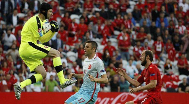 Český gólman Petr Čech při zákroku v duelu proti Turecku.