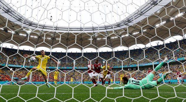 V dobré šanci před rakouskou brankou Ukrajinec Andrij Jarmolenko míč nezpracoval.